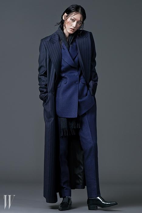 남색 더블 브레스트 재킷은 1백69만원, 팬츠는 69만8천원,세로줄무늬 롱 코트는 1백98만원. 모두 김서룡 옴므 제품. 회색캐시미어 머플러는 아페쎄 제품. 27만8천원. 앞코가 뾰족한 로퍼는바네사 브루노 제품. 79만8천원.