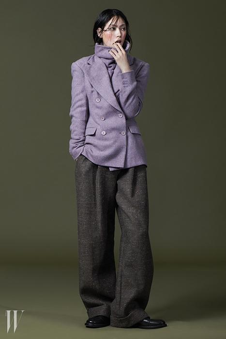 연보라색 터틀넥 니트 풀오버는 1백45만원, 연보라색 더블브레스트 재킷은 가격 미정. 모두 랄프 로렌 컬렉션 제품.통이 넓은 갈색 모직 팬츠는 문영희 제품. 1백만원대. 검은색 버클장식 로퍼는 디올 옴므 제품. 가격 미정.