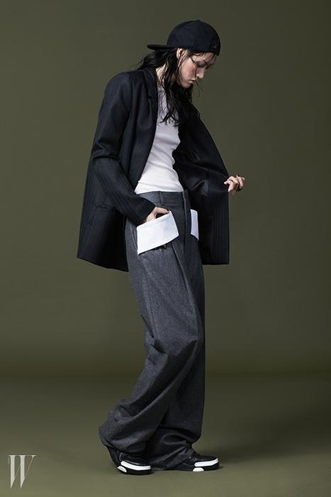 아이보리색 니트 톱은 토즈 제품. 1백만원대. 세로줄무늬 싱글 재킷은코스 제품. 22만5천원. 밴딩 장식의 통넓은 팬츠,검은색 야구모자, 반지, 검은색 농구화는 모두 지방시 제품. 가격 미정.