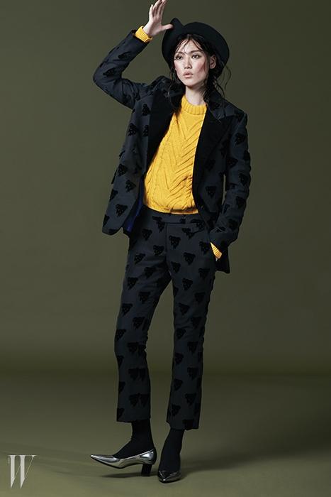 곰돌이 패턴의 검은색 재킷은 1백23만9천원. 같은 패턴의 팬츠는 61만8천원.위트 있는 하트 챙 페도라는 24만8천원. 모두 푸시버튼 제품.노란색 케이블 니트 풀오버는 자라 제품. 6만9천원.메탈릭한 키튼힐 펌프스는 피에르 아르디 제품. 79만원.