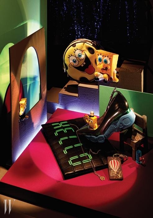 위부터 시계 방향   스폰지밥의 익살스러운 표정이살아 있는 동그란 숄더백은Moschino, 운동화의스포티한 디자인을 응용한 독창적인 펌프스는Dior, 스마일 모티프의 금빛 메탈 귀고리와목걸이는A.P.C., 자의 눈금 표시가 더해진 투명한아크릴 반지는BPB, 열기구 패턴을 통해 브랜드의여행 정신을 되새기는 모노그램 가죽 소재의러기지 태그는Louis Vuitton, 전자시계를보는 듯 그래픽적인 문구가 돋보이는가죽 클러치는Couronne제품.