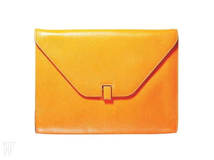 VALEXTRA 생동감 넘치는 오렌지색 사각 클러치. 90만원대.