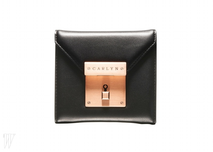 CARLYN 사각 버튼 장식의 반지갑. 18만원.