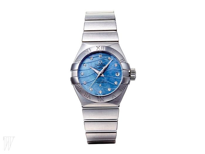 OMEGA 블루 컬러의 다이얼과 다이아몬드 장식 인덱스가 돋보이는 손목시계.8백만원대.
