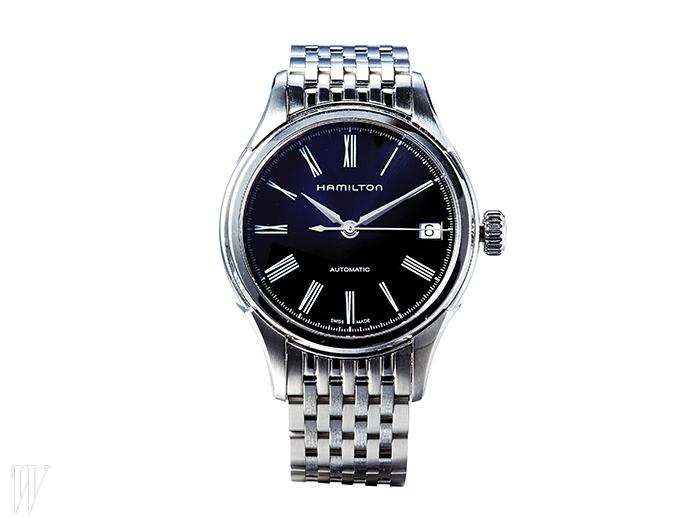 HAMILTON 검은색 다이얼의 메탈 스트랩 손목시계. 89만원.
