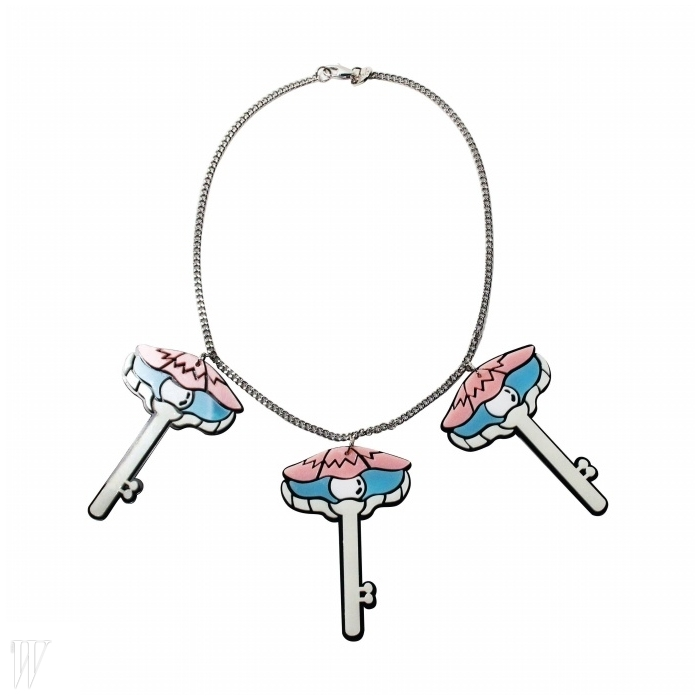 열쇠 모양 펜던트가장식된 목걸이.