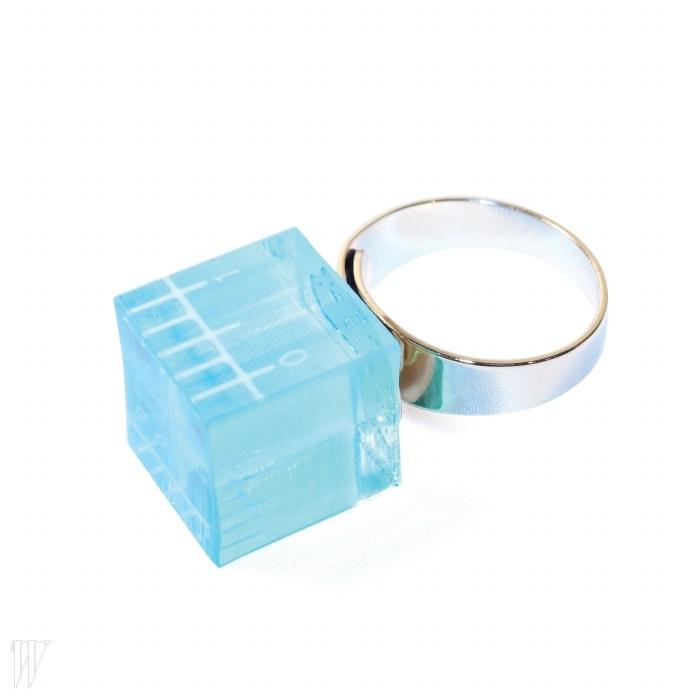얼음같은형태의 아크릴 반지.