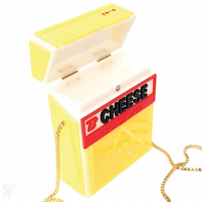 치즈에서 영감을 얻은유머러스한 미니 백.