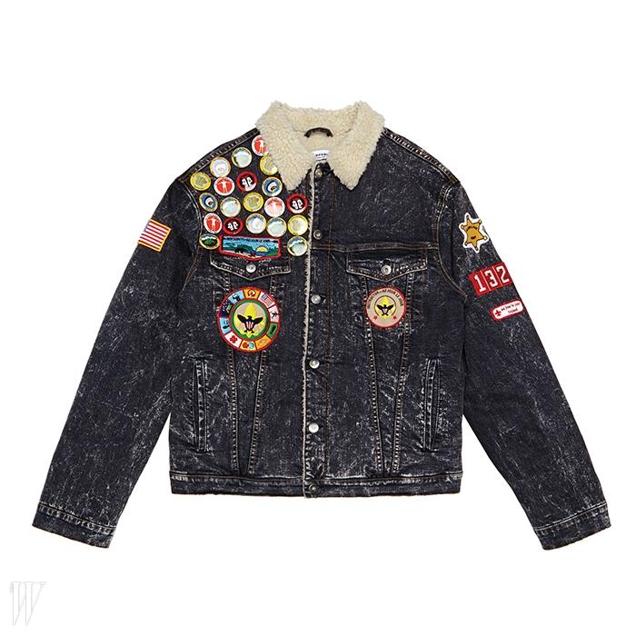 여러가지 배지가 장식된 데님 재킷.