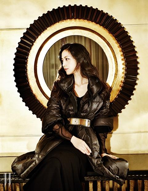 와이드 슬리브의 여성스러운 디자인이 돋보이는 롱 패딩 코트, 블랙 드레스는 모두 Obzéé 제품.