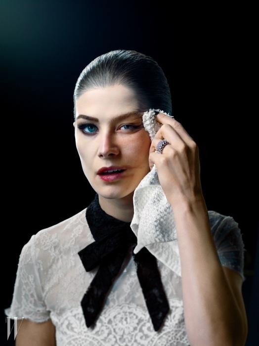 드레스는 발렌티노,반지는 반 클리프 & 아펠 제품.