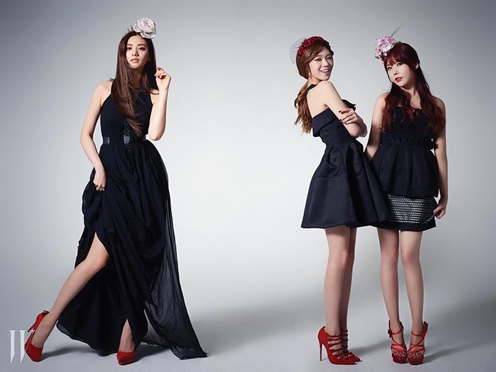 왼쪽부터 | 나나가 입은 검정 드레스는 이상봉,빨간 슈즈는 지니킴, 반지는 디어엠,헤드피스는 피어스 앳킨슨 by 보이플러스 제품.리지가 입은 검정 원피스는 H&M, 빨간 슈즈는 크리스찬루부탱, 헤드피스는 피어스 앳킨슨 by 보이플러스 제품.레이나가 입은 검정 톱은 H&M, 검정 스커트는곽현주 컬렉션, 빨간 슈즈는 지니킴,헤드피스는 피어스 앳킨슨 by 보이플러스 제품.