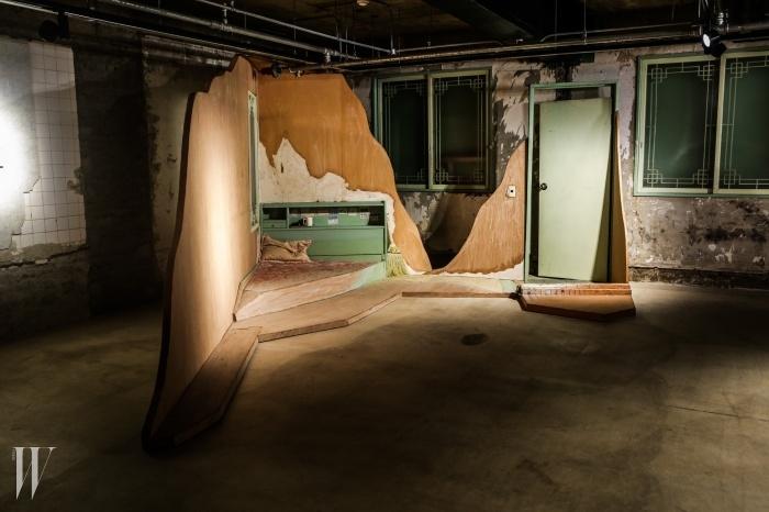 아오노 후미아키는동문모텔의 가구와 집기를활용한 작품을 새로 제작했다.