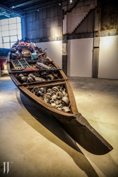 수보드 굽타의 작품처럼규모가 큰 설치 미술의스펙터클은 공간이 넓은아라리오 탑동시네마의강점이다.