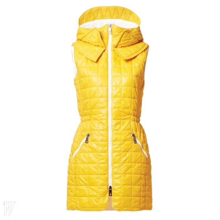 비비드한 노란 색감이 눈에 띄는패딩 후드 베스트는 페이 제품.가격 미정.