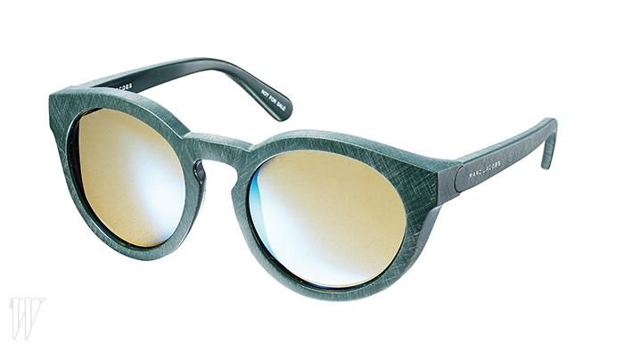두꺼운 프레임에서 레트로 무드가 느껴지는 선글라스는 마크 제이콥스 제품.