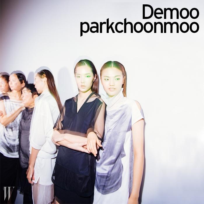소재의 믹스와 재단이 돋보이는 룩을 입고 쇼 시작을 기다리는모델들. 모델들 사이로 디자이너 박춘무의 모습도 보인다.