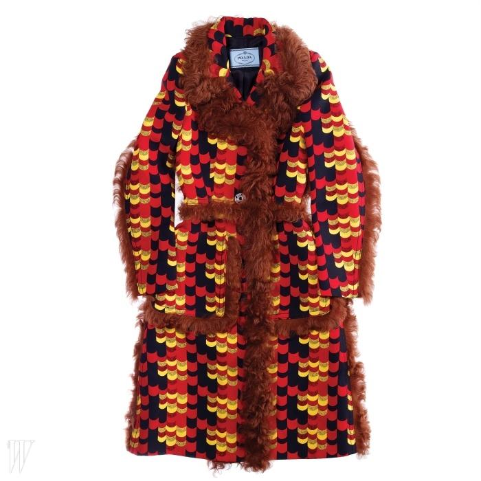 양털 트리밍이 돋보이는 코트는 프라다 제품. 가격 미정.