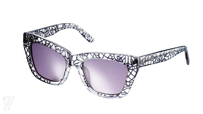 화려한 프레임의 선글라스는 수비 by 옵티컬 W 제품.