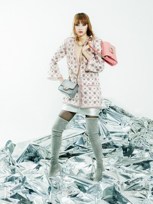 글리터링한 미니 백은 질 바이 질스튜어트,손에 든 페이턴트 가죽 소재의 핑크 토트백은 로저 비비에.손으로 수놓은 정교한 스팽글 장식이 돋보이는시스루 재킷과 메탈릭한 미니스커트는 모두 샤넬,조형적인 목걸이는 미네타니,스웨이드 소재의 사이하이 부츠는 랄프로렌 컬렉션 제품.