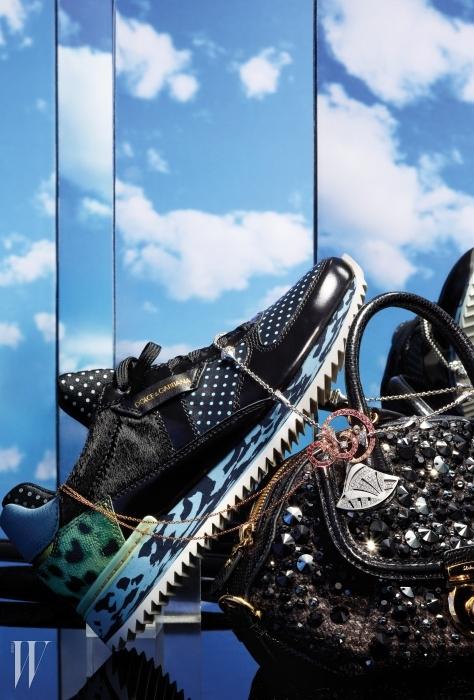 왼쪽부터   송치 소재와 레오퍼드 패턴이 관능적인 조화를 이룬스니커즈는 Dolce & Gabbana, 하늘로 날아오르는 새의 형상에서영감을 받은 오와조 드 파라디 컬렉션의 핑크 사파이어와 다이아몬드가세팅된 우아한 펜던트 목걸이는 Van Cleef & Arpels,여성의 관능미를 강조한 부채 모티프가 화려한 디바 컬렉션의 화이트골드 펜던트 목걸이는 Bulgari, 검정 스톤 장식이 매혹적인반짝임을 더하는 피암마 백은 Salvatore Ferragamo 제품.