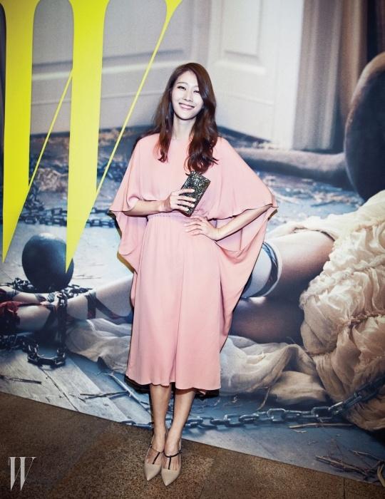모델 이현이가 입은 기모노 소매의파스텔 핑크 드레스는 Valentino 제품.