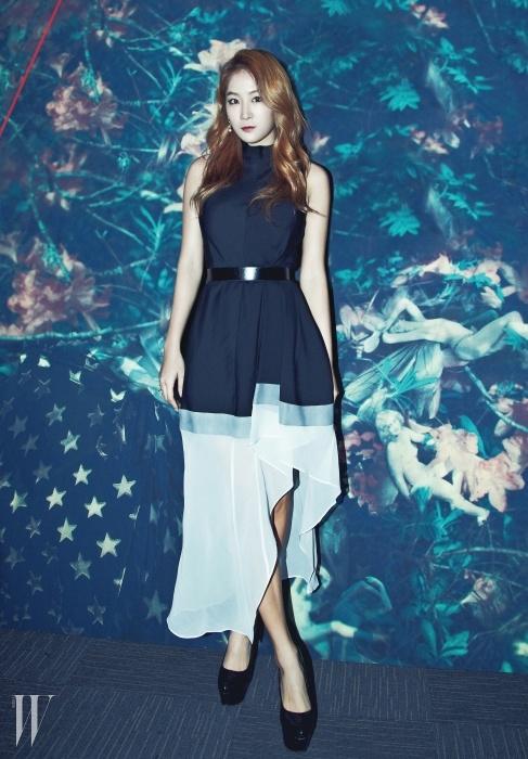 가수 소유가 입은 비대칭의 주름 장식과드레이핑이 멋스러운 드레스는 Theory 제품.