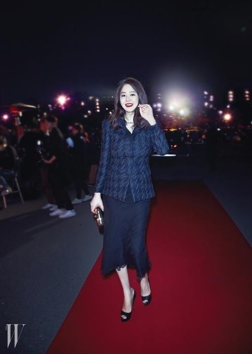 배우 고현정이 입은하운즈투스 패턴의 재킷과드레시한 스커트는 Donna Karan 제품.
