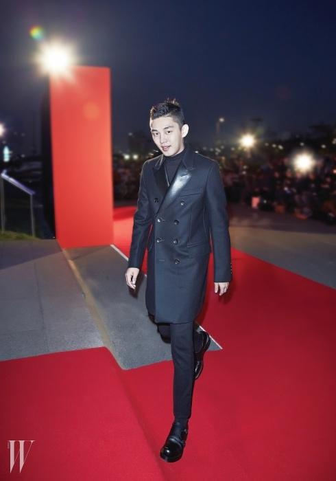 배우 유아인이 입은견고한 테일러링이 돋보이는더블 브레스트 코트와팬츠는 Gucci 제품.