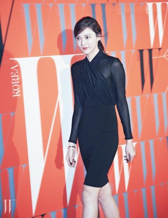 배우 차예련의 매혹적인 분위기를더해주는 시스루 미니 드레스는 Philipp Plein 제품.