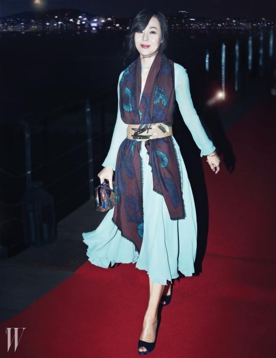 배우 김윤진의 하늘하늘한민트빛 시폰 드레스와 꽃무늬 스카프,회화적인 터치가 담긴벨트는 Burberry Prorsum 제품.