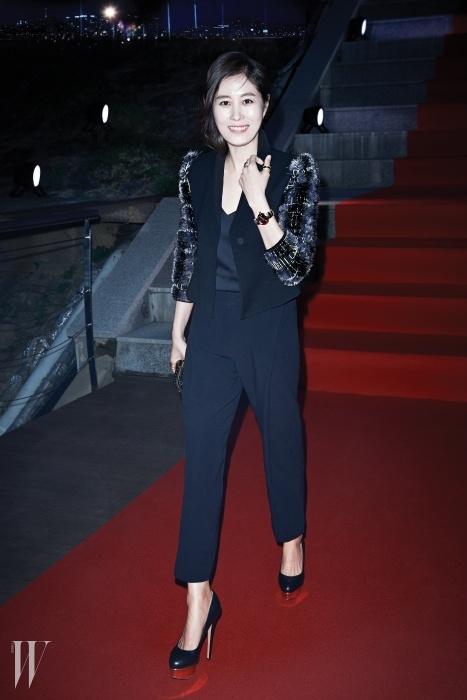 소매가 독특한 팬츠 수트 앙상블 차림으로등장한 배우 문소리의 룩은Giorgio Armani 제품.