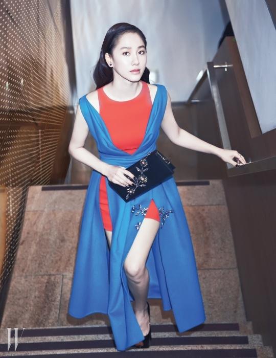 배우 박주미가 택한, 색감의 대비가눈에 띄는 모던한 드레스와 주얼 장식 클러치,이어링은 Dior 제품.