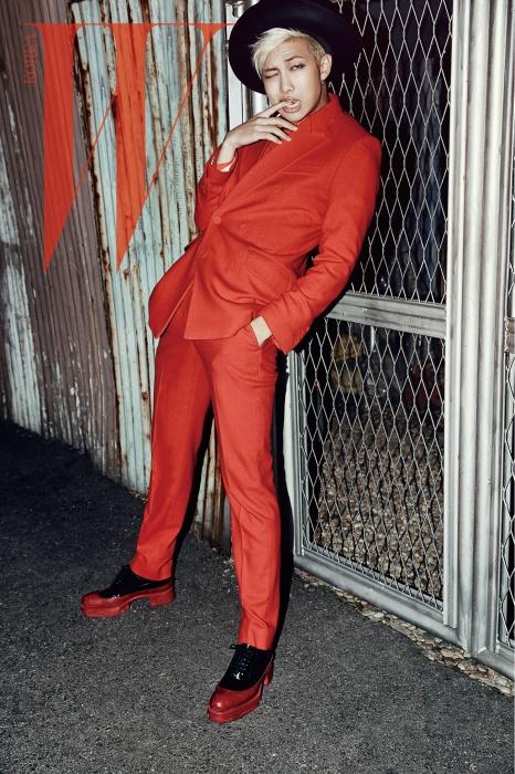 랩몬스터가 입은 빨강 턱시도 셔츠와수트는 Heich Es Heich by Kud,검은색 모자는 Emporio Armani제품.