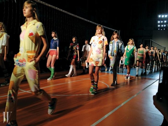 학교 안의실내 체육관을연상케 한,오 주르 르 주르컬렉션의 활력넘치는 무대.