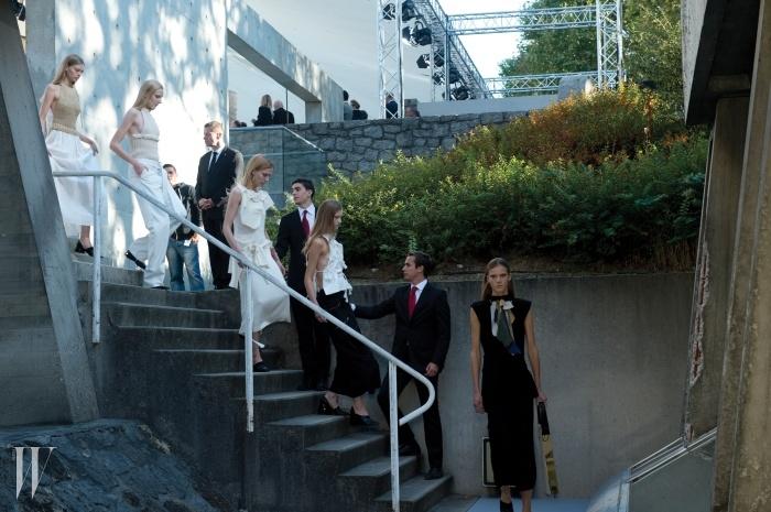 파리 유네스코 회관의정원에서 치러진 로에베 컬렉션.모델들이 차례로정원에 들어서는 중이다.