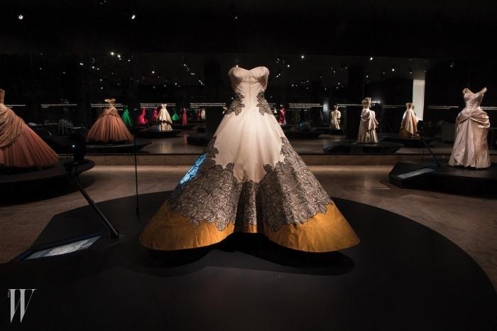 2014년 5월 7일~ 8월 10일<찰스 제임스: BeyondFashion>올해 뉴욕 메트로폴리탄에서 열린패션 전시는 전설적인 미국의 쿠튀르디자이너 찰스 제임스의 회고전이었다.예술 작품에 비견될 만한 우아하고아름다운 볼가운을 비롯한 그의 작품100여 점을 만날 수 있었다.