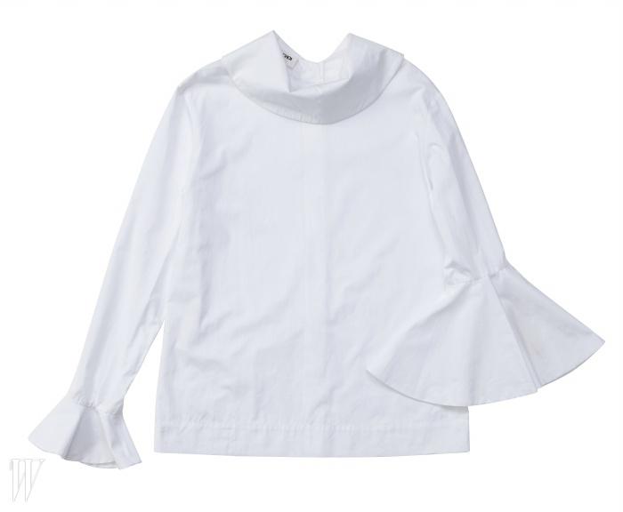 EUDON CHOI 여성스러운 네크 라인과언발란스한 소매가 돋보이는 블라우스. 가격 미정.