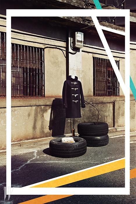 투박한 단추 장식이 포인트인 검정 더플코트는 생로랑 by 에디 슬리먼 제품. 3백78만원.