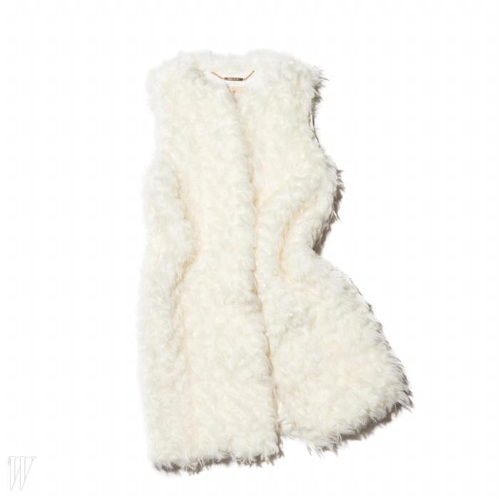 부드럽고 가벼워어디든 겹쳐 입기 좋은 베스트는 마이클 코어스 제품.가격 미정.