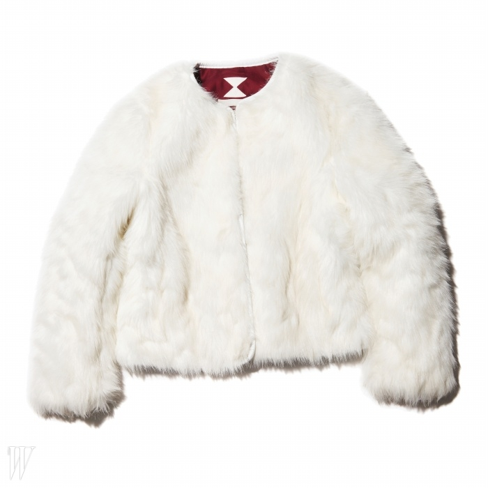 긴 털이 화려한 인상을 주는쇼트 코트는 서리얼벗나이스 제품. 62만원.
