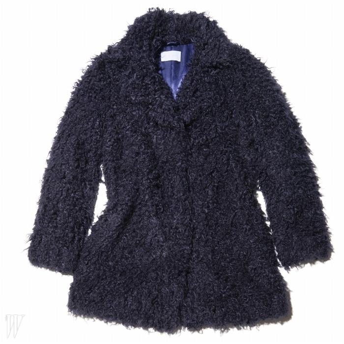 오래 두고 입을 만큼 실용적인 디자인의 코트는쟈딕&볼테르 제품. 1백50만원대.