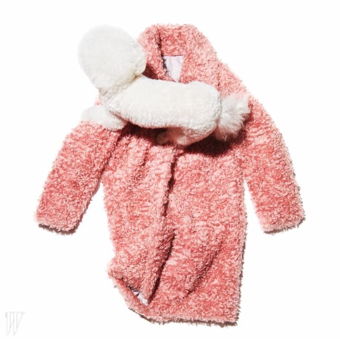 딸기 우유를 닮은 달콤한 색상이 매력적인 코트는타입이스트 제품. 1백29만원.