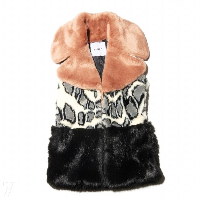 검정 모직 코트나바이커 재킷과 레이어드하기 좋은 베스트는아이니아 by 블루핏 제품. 73만원.