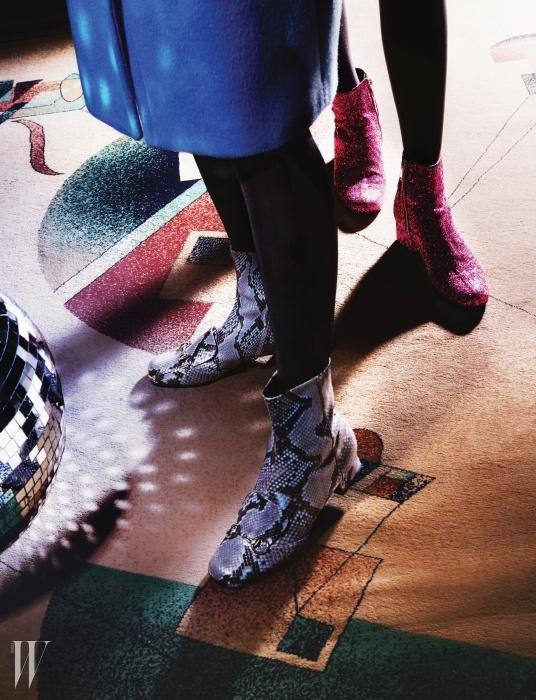 왼쪽부터 | 청명한 푸른빛이 감도는 울 코트는앤디&뎁 제품. 1백25만8천원. 파이톤 소재홀스빗 앵클부츠는 구찌 제품. 2백47만원.글리터 소재의 부츠는 생로랑 제품. 1백만원대.