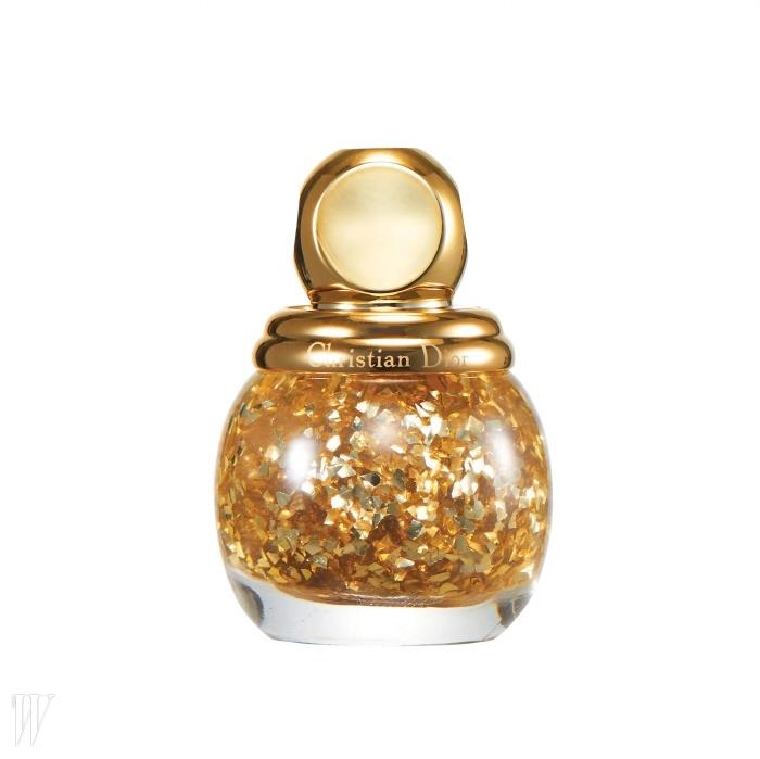 1. Dior 디오리픽 골든 쇼크 탑 코트(001호)손톱 위에 금박을 입힌 듯 확실한 포인트를주어 시선을 사로잡는다. 12ml, 3만7천원.
