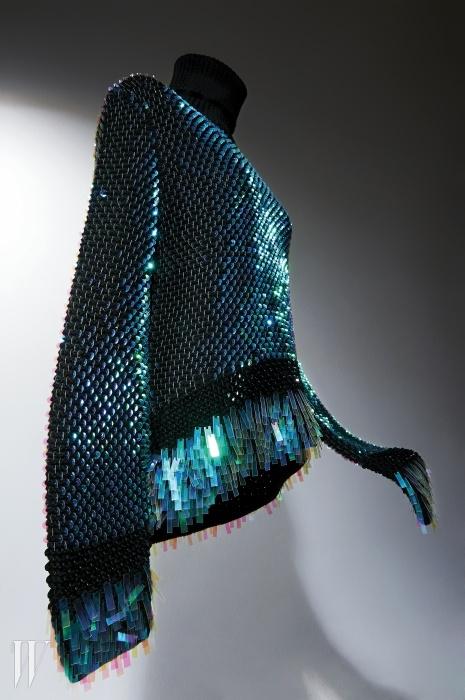 비늘을 연상시키는화려한 스팽글 장식이 더해진니트는 McQ 제품.