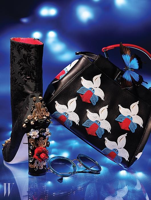 뒷굽에 입체적인 장미와 강렬한스터드 장식 등이 어우러져 유혹적인분위기를 풍기는 부츠는 Dolce & Gabbana,난초를 모티프로 한 섬세한 자수 장식의미니 피카부 백은 Fendi, 70년대 무드를자아내는 동그란 프레임의 선글라스는Miu Miu by Luxottica 제품.