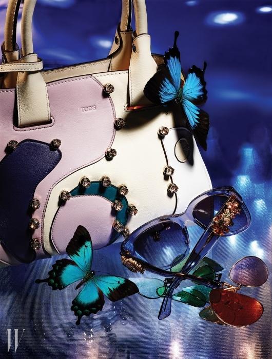 우아하게 물결치는 듯한 가죽의실루엣과 독특한 컬러 구성이 돋보이는플라워 백은 Tod's, 다리 부분의벌과 꽃 장식이 화려함을 더하는선글라스는 Dolce & Gabbanaby Luxottica, 꽃잎이 흩날리는 듯찰랑이는 효과의 팝 칩스 이어링은모두 Louis Vuitton 제품.