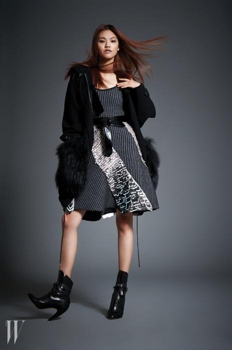 밑단에 퍼가 풍성하게 장식된점퍼 형태의 코트는루이 비통 제품. 가격 미정.안에 입은 스트라이프패턴 드레스와 벨트는루이 비통 제품. 가격 미정.검은색 앵클부츠는루이 비통 제품. 2백48만원.